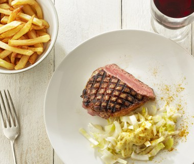 Gegrilde steak met witloofsalade